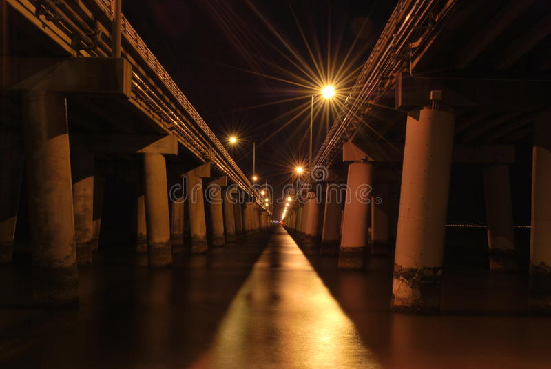 Opinión de la noche del túnel del puente de la bahía de Chesapeake fotografía de archivo libre de regalías