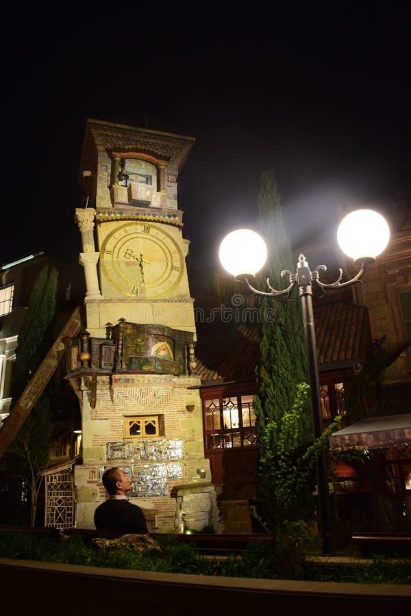 Opinión de la noche del teatro de Gabriadze de la torre y de la marioneta de reloj en el centro de ciudad Tbilisi, Georgia fotos de archivo