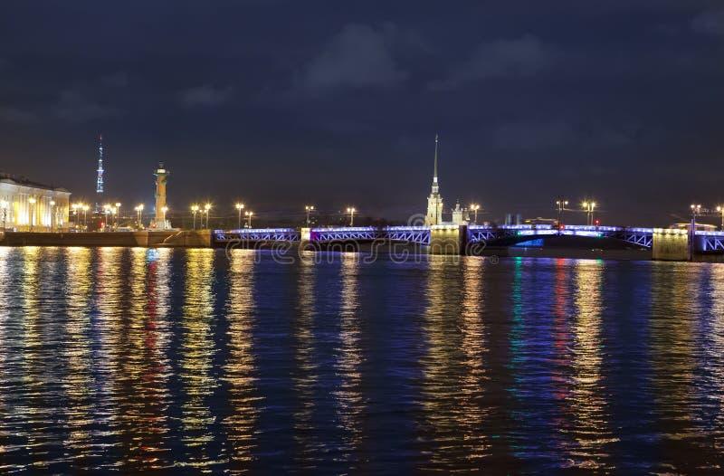 Opinión de la noche del terraplén de la universidad de St Petersburg a través de la fortaleza del río Peter y de Paul de Neva, pu imagenes de archivo