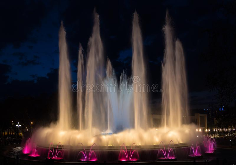 Opinión de la noche de la demostración mágica de la fuente de Montjuic en Barcelona fotos de archivo libres de regalías