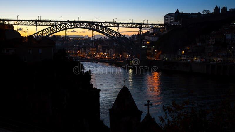 Opinión de la noche el puente de Dom Luis I en el río del Duero en Portugal fotos de archivo libres de regalías