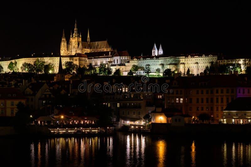 Opinión de la noche de, el río de Moldava en la capital del Checo con referencia a fotos de archivo libres de regalías