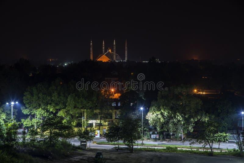 Opinión de la noche el Sah Faisal Mosque imágenes de archivo libres de regalías