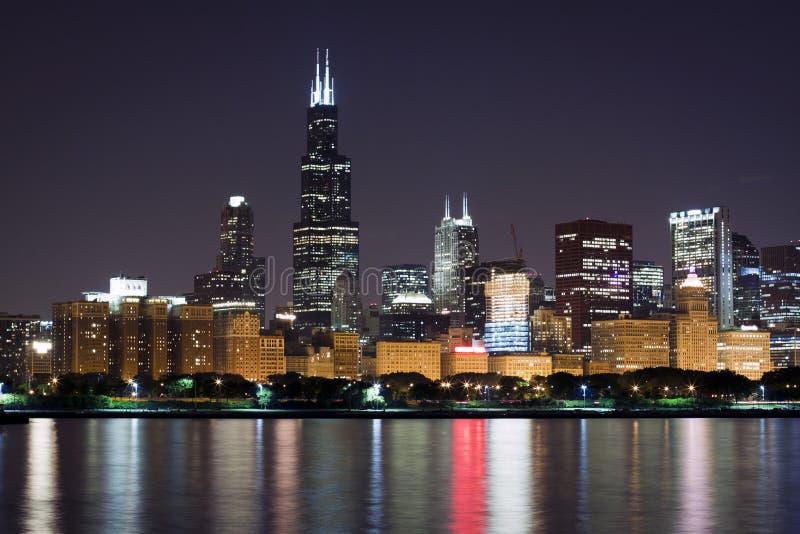 Opinión de la noche en Chicago céntrica imagenes de archivo