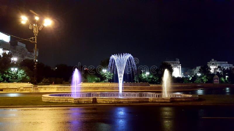 Opinión de la noche en la fuente colorida en Bucarest, Rumania foto de archivo
