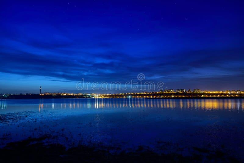 Opinión de la noche en la hora azul de la ciudad de Galati, Rumania con reflexiones fotos de archivo libres de regalías