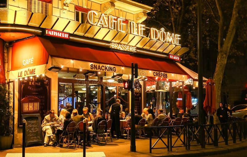Opinión de la noche de Le Dome, un café francés del traditonal situado cerca de la torre Eiffel en París, Francia fotos de archivo libres de regalías