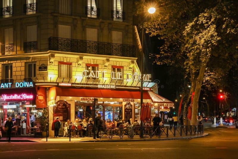 Opinión de la noche de Le Dome, un café francés del traditonal situado cerca de la torre Eiffel en París, Francia foto de archivo libre de regalías