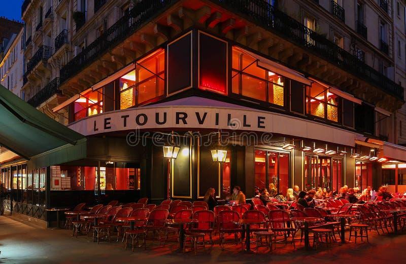 Opinión de la noche de Le Tourville, un café francés del traditonal situado cerca de la torre Eiffel en París, Francia fotos de archivo libres de regalías