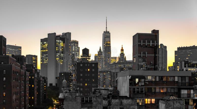 Opinión de la noche de los edificios del horizonte de New York City con las luces que brillan intensamente en las ventanas de apa fotos de archivo