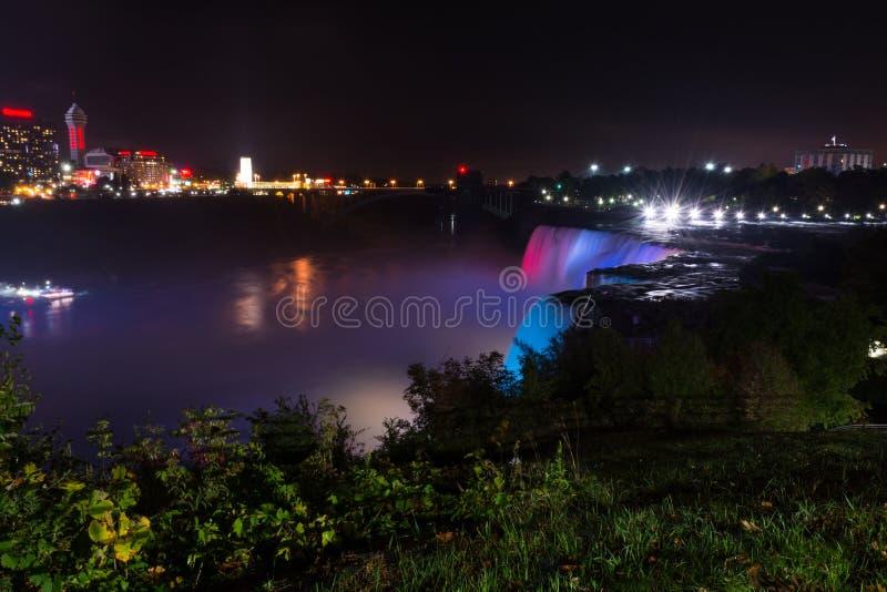 Opinión de la noche de Niagara Falls en lado de los E.E.U.U. Sho de la noche de Niagara Falls imágenes de archivo libres de regalías