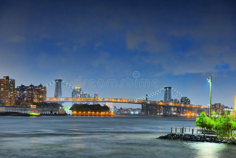 Opinión de la noche de Nueva York del Lower Manhattan y de la Manhattan Bri fotos de archivo libres de regalías