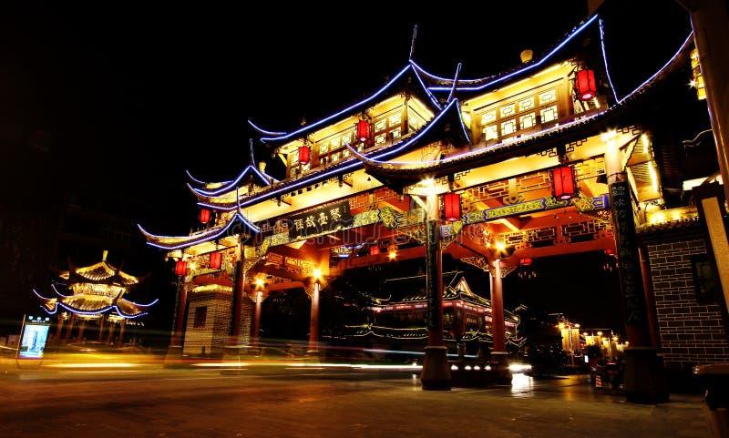 Opinión de la noche de la puerta china antigua en el distrito histórico del camino de Qintai, Chengdu, Sichuan, República Popular imagen de archivo libre de regalías