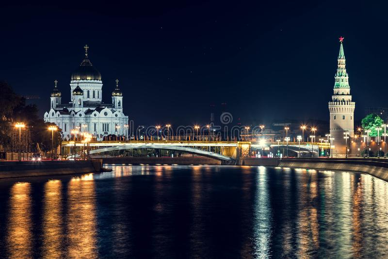 Opinión de la noche sobre la catedral de Cristo el salvador en el Moscú-río en verano fotografía de archivo libre de regalías