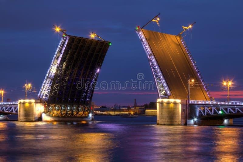 Opinión de la noche sobre el puente y Neva River abiertos del palacio fotografía de archivo