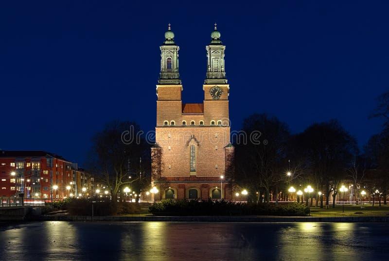 Opinión de la noche sobre iglesia de los claustros en Eskilstuna fotos de archivo