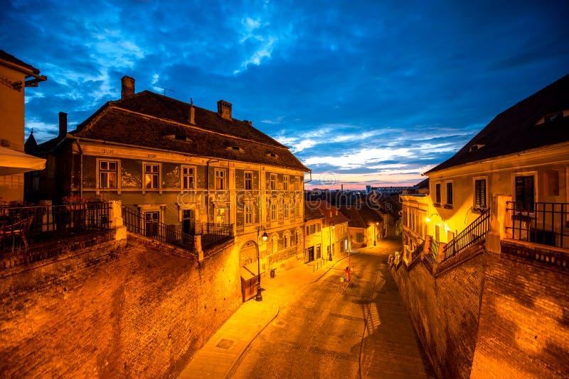 Opinión de la noche sobre la ciudad de Sibiu fotografía de archivo
