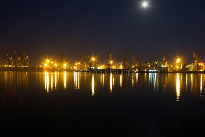 Opinión de la noche sobre puerto marítimo fotos de archivo
