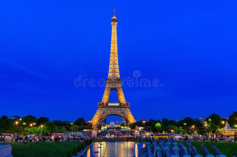 Opinión de la noche de la torre Eiffel de la fuente en Jardins du Trocadero en París, Francia foto de archivo libre de regalías