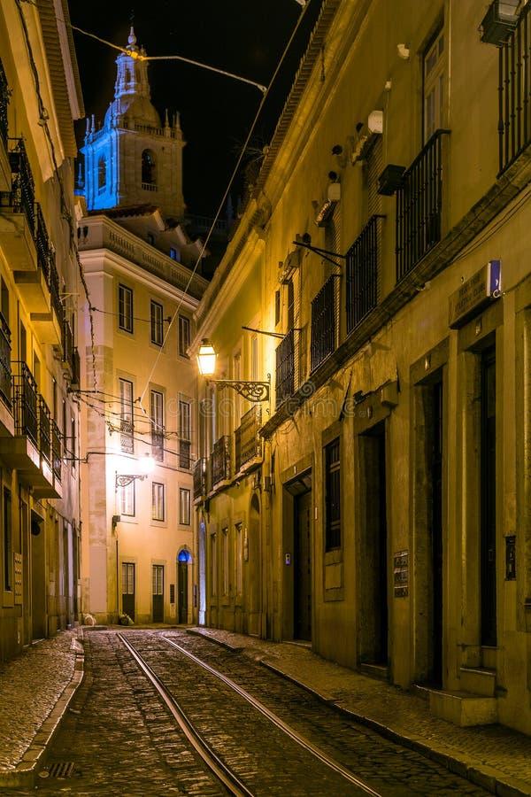 Opinión de la noche de una calle en Lisboa fotografía de archivo