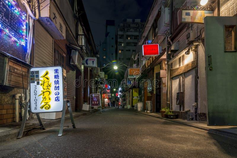 Opinión de la noche de una calle estrecha del Gai de oro, famosa por sus pequeños barras y clubs de noche, Kabukicho, Shinjuku, T foto de archivo