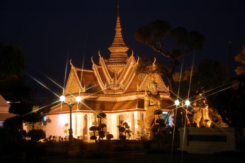 Opinión de la noche Wat Arun en Bangkok imagenes de archivo