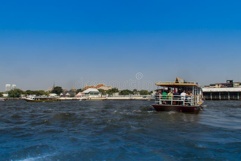 Opinión de la orilla del río de Chao Phraya del barco a lo largo del Choa el río Phraya, Bangkok, Tailandia fotos de archivo