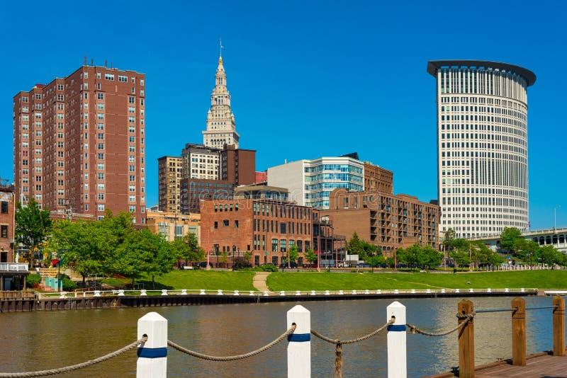 Opinión de la orilla del río de Cleveland céntrica fotos de archivo