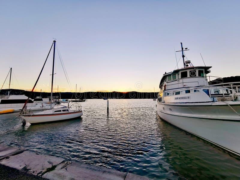 Opinión de la oscuridad y de la puesta del sol en la costa central del parque de la ciudad de Gosford @, Australia foto de archivo libre de regalías