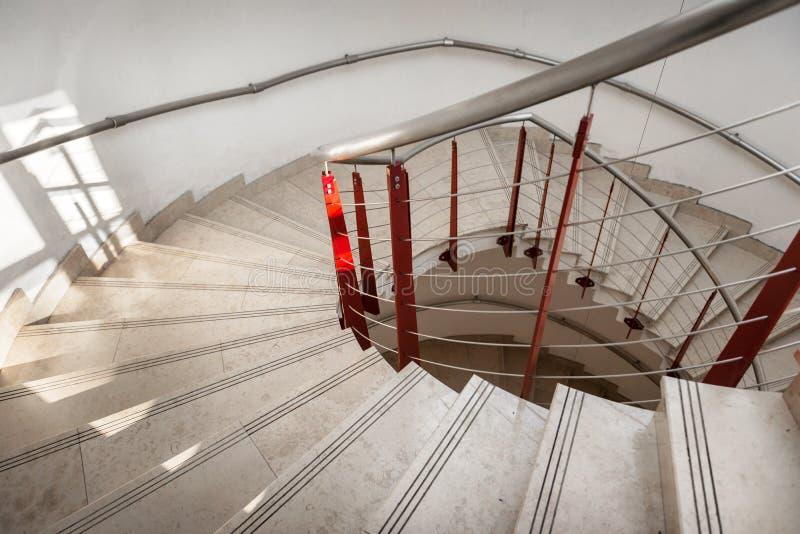 Opinión de la parte superior de una escalera espiral foto de archivo libre de regalías