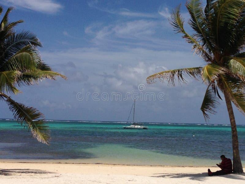Opinión de la playa de Caye del ámbar gris del velero fotos de archivo