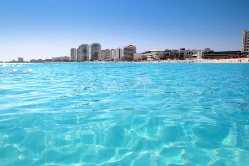 Opinión de la playa de Cancun de la turquesa el Caribe foto de archivo