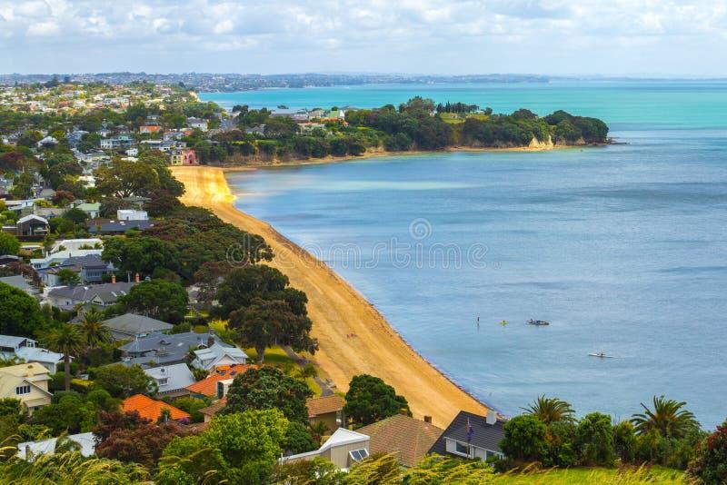 Opinión de la playa de Cheltenham de la cabeza del norte Auckland Nueva Zelanda imágenes de archivo libres de regalías