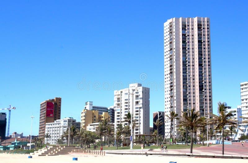 Opinión de la playa de edificios a lo largo de frente al mar en Durban Suráfrica imagen de archivo
