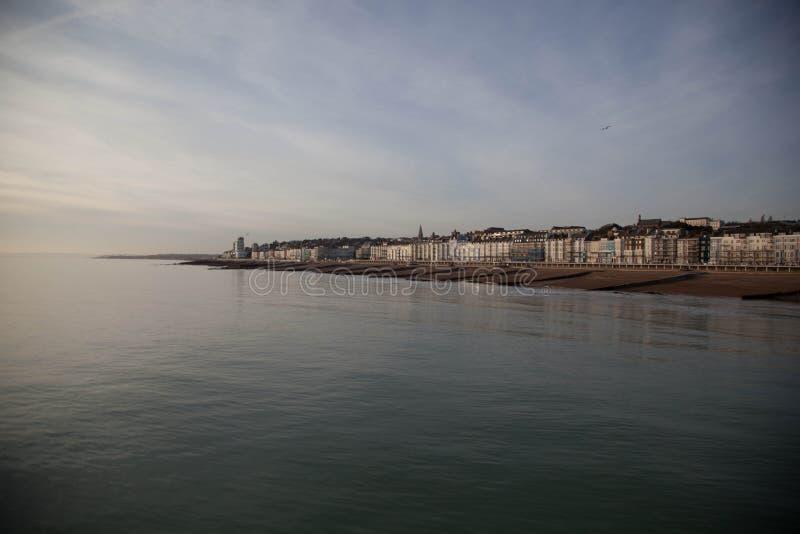 Opinión de la playa de Hastings fotos de archivo
