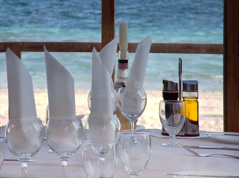 Opinión de la playa del restaurante foto de archivo libre de regalías