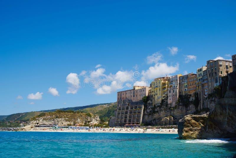 Opinión de la playa y de la ciudad de Tropea fotos de archivo libres de regalías