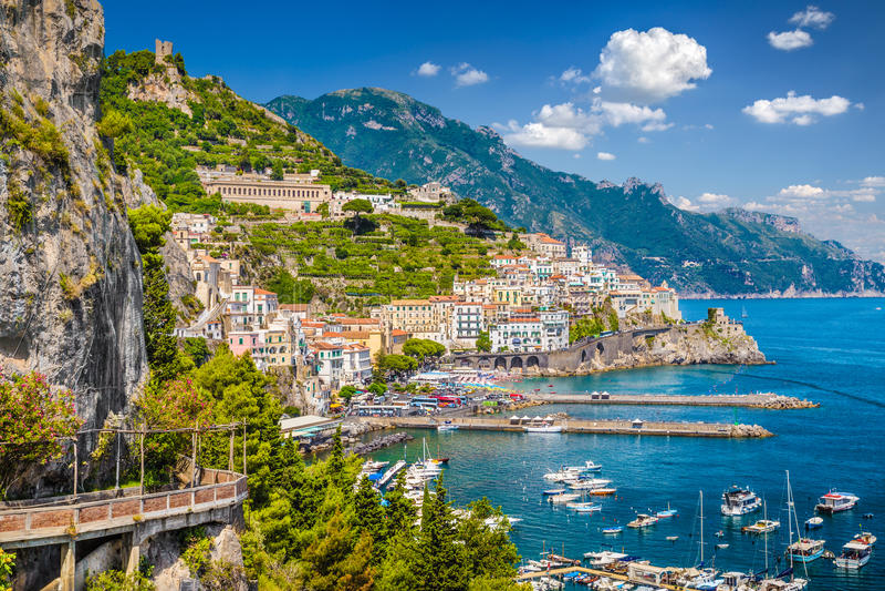 Opinión de la postal costa de Amalfi, Amalfi, Campania, Italia imagenes de archivo