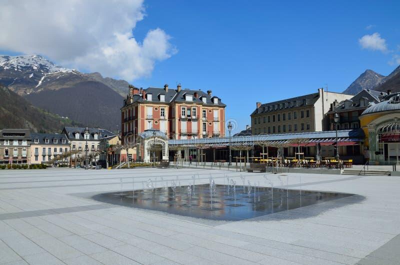 Opinión de la primavera de la ciudad Cauterets, francés los Pirineos del balneario foto de archivo