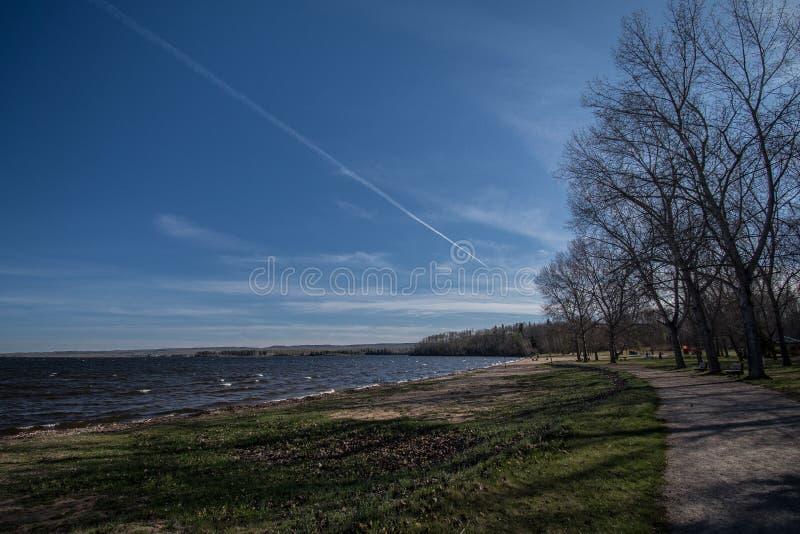 Opinión de la primavera del lago foto de archivo