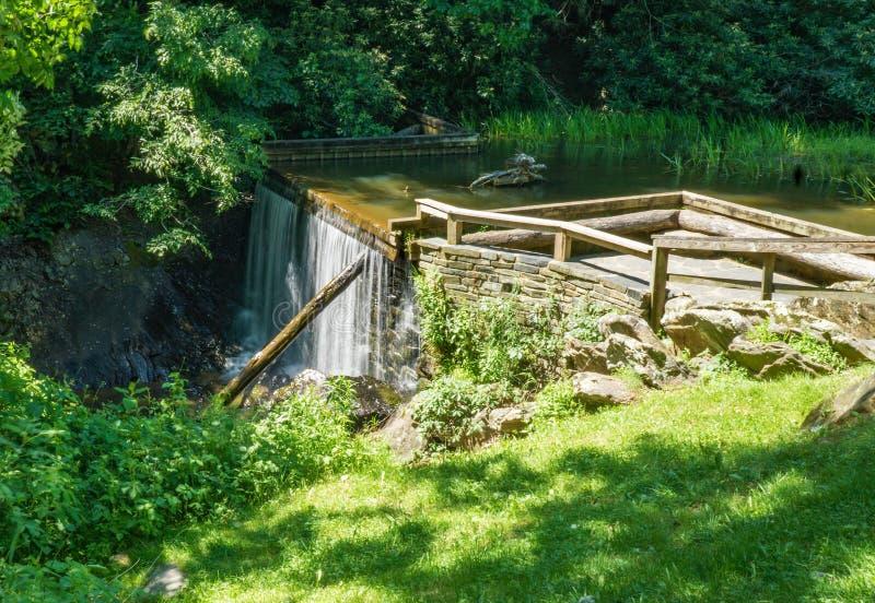 Opinión de la primavera de la presa de la charca del molino de los rastrillos fotografía de archivo libre de regalías