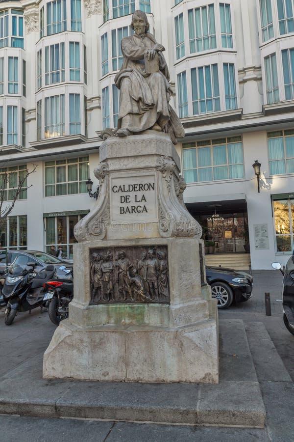 Opinión de la puesta del sol del la Barca de Calderon del monumento en la plaza Santa Ana en la ciudad de Madrid, España imagen de archivo