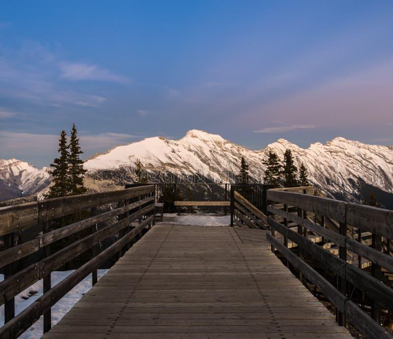 Opinión de la puesta del sol del camino de la góndola de Banff en la montaña del azufre en Canadá imagenes de archivo