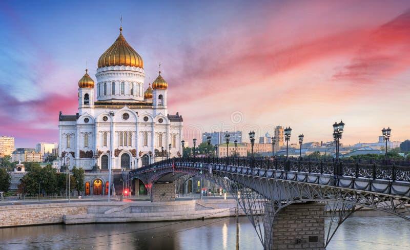 Opinión de la puesta del sol de la catedral de Cristo el río i del salvador y de Moscú imágenes de archivo libres de regalías