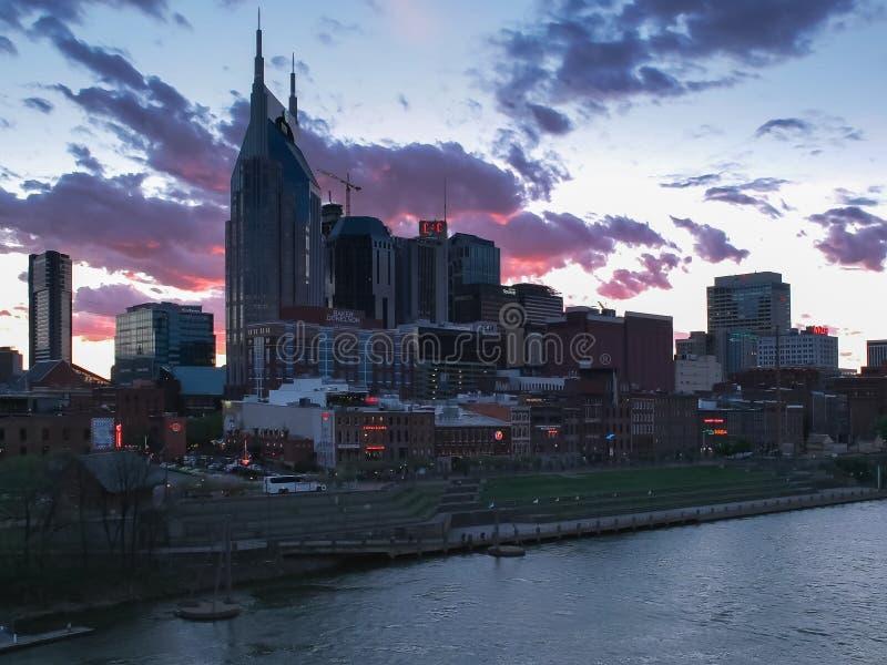 Opinión de la puesta del sol de la ciudad de un puente en Nashville, tennesse imagenes de archivo