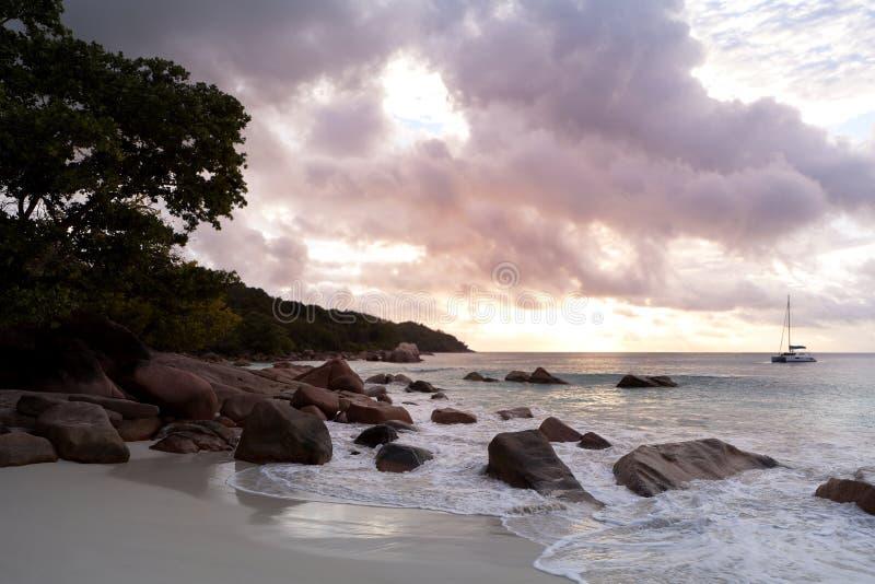 Opinión de la puesta del sol de Anse Lazio, isla de Praslin, Seychelles imagenes de archivo