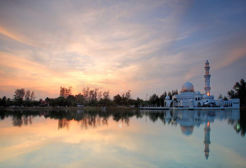 Opinión de la puesta del sol de la mezquita flotante foto de archivo