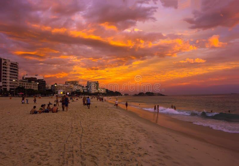 Opinión de la puesta del sol de la playa de Ipanema en Rio de Janeiro fotos de archivo libres de regalías
