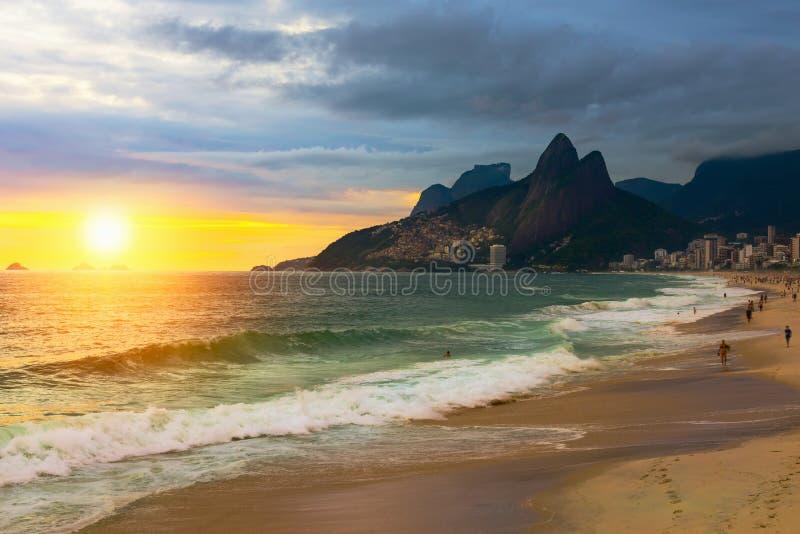 Opinión de la puesta del sol de la playa y de la montaña Dois Irmao (dos Brother) de Ipanema en Rio de Janeiro, el Brasil fotografía de archivo