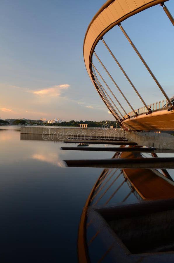 Opinión de la puesta del sol de la presa de Putrajaya fotografía de archivo